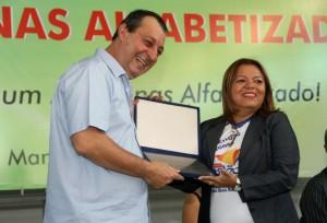 Governador Omar Aziz entrega à gestora da escola Senador João Bosco (de Itacoatiara) a premiação pela conquista do Prêmio de Gestão