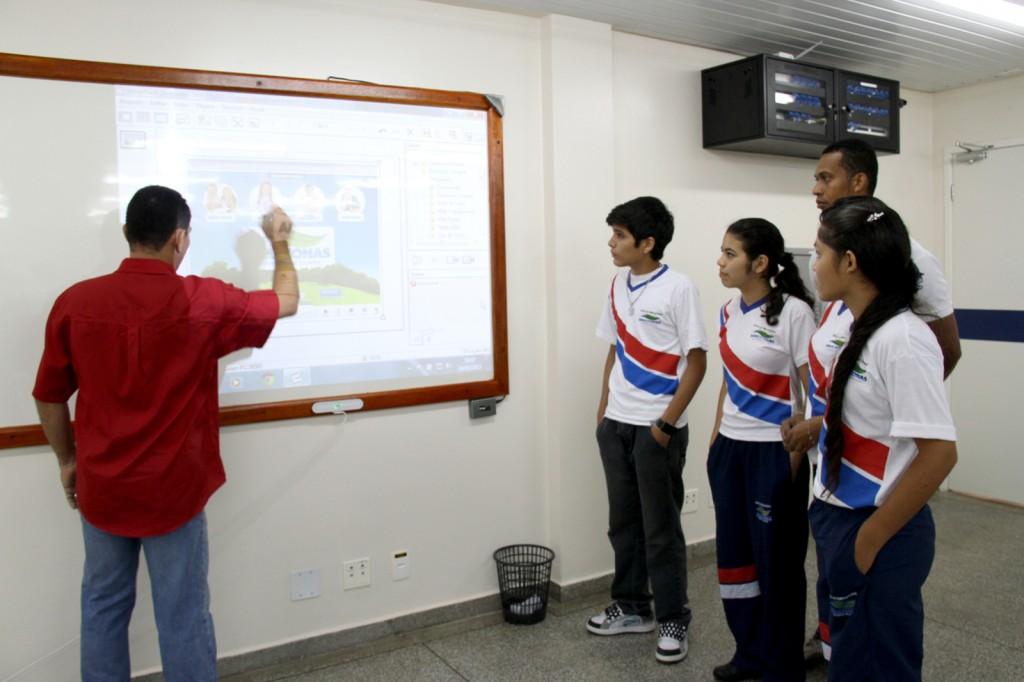 Lousas digitais já fazem parte do cotidiano dos alunos