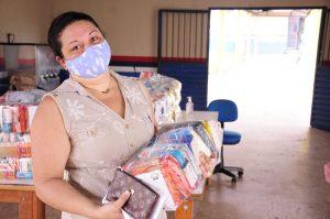Bruna foi uma das primeiras a receber o kit em IRanduba.